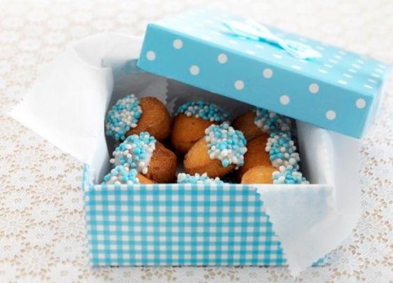 Amandelkoekjes met blauwe muisjes.