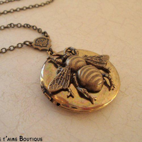 Vintage Honey Bee Locket $28 http://www.artfire.com/ext/shop/product_view/jetaimeboutique/2726393/queen_bee_-_vintage_honey_bee_locket_in_antiqued_brass/handmade/jewelry/necklaces/locket #bee #honey #locket #vintage #antique #necklace #pendant #bling