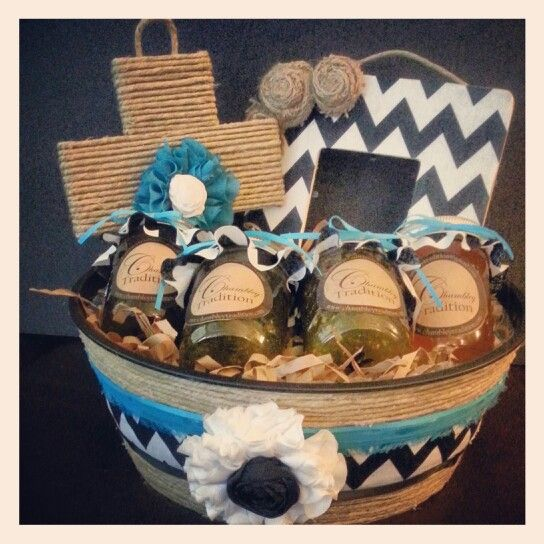 These 25 easy gift basket ideas are an inexpensive and tasteful way to make great holiday gift baskets. You'll find tips, specific themes and easy mix recipes for great and inexpensive gifts!