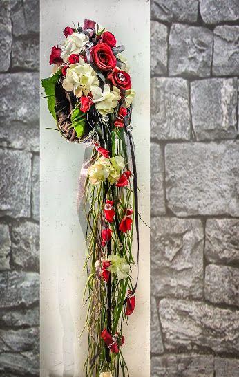 Warum nicht einfach in den Strauß hineinschlüpfen?  - Brautstrauß zum über den Arm stülpen -  #Brautstrauß #Hochzeit #Glück #Liebe #Wasserfall #Hochzeitsfloristik #Armstrauß  EBK-Blumenmönche Blumenhaus – Google+