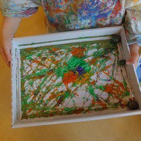 Wir basteln mit unseren Kindern in der Krippe Murmelbilder. Dieses Angebot soll den Kindern eine sinnliche Erfahrung im Umgang mit Farben und unterschiedlichen Materialien ermöglichen.
