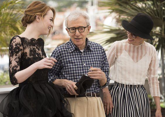"""A atriz #EmmaStone e o cineasta #WoodyAllen estão no Festival de #Cannes, na #França, para apresentar """"O Homem Irracional"""", sua nova parceria. Foto Arthur Mola/Associated Press."""