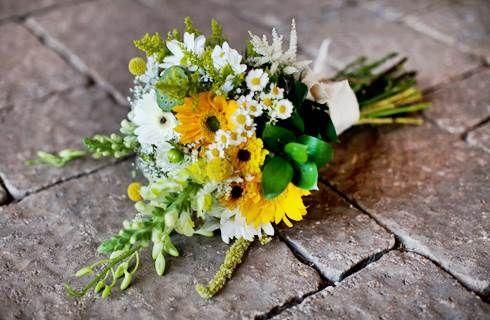 Bouquet da sposa con i fiori di campo per l'estate