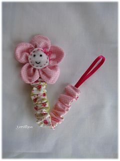 Fita de chucha com flor em tecido.