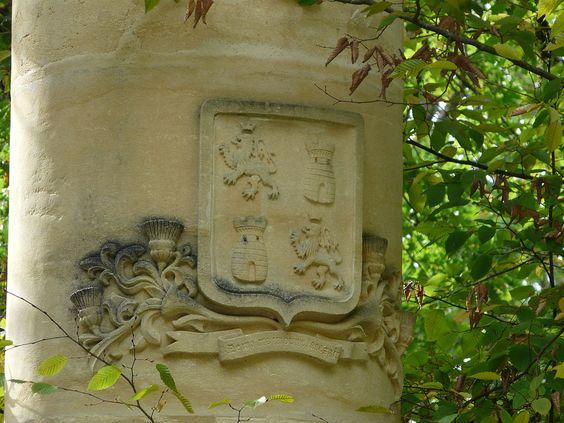 St-Léon de Vézère (Dordogne) - Château de Chabans - armoiries sur le portail d'entrée