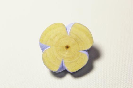 花のブローチです。側面はアクリル絵の具で着彩してあり、表面は着彩せずに磨いてワックスで仕上げおり、柿の木そのものの色です。木(柿)アクリル絵具ワックス仕上げ ハンドメイド、手作り、手仕事品の通販・販売・購入ならCreema。