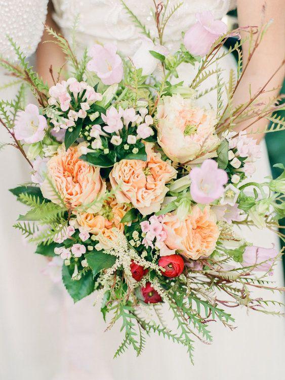 Ein Wundervolles Accessoire Direkt Von Der Wiese Wildblumen Im Brautstrauss Braut Blumen Hochzeitsblumen Brautstrauss