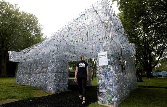 Fiona Llewellyn, chef de projet marine chez ZSL, entre dans l'œuvre Space of Waste, une installation artistique mettant en lumière le problème de la pollution plastique, au zoo de Londres, en Grande-Bretagne, le 24 mai 2018. Le travail de l'artiste et architecte Nick Wood est fabriqué à partir de 15 000 bouteilles jetées dans Londres et ses rivières.