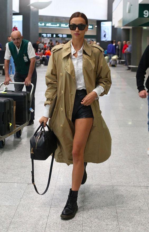 Длинный тренч + очень короткие шорты: Ирина Шейк в аэропорту (фото 1.1)