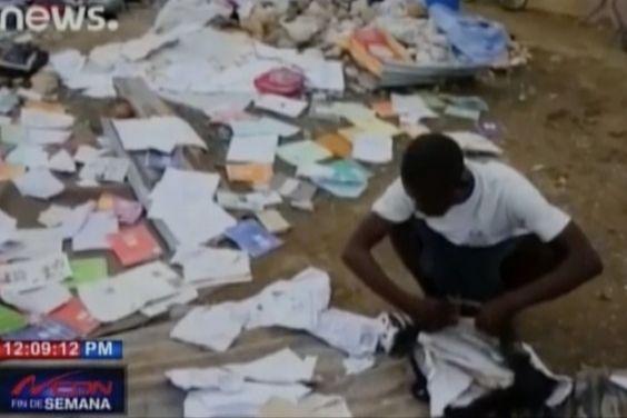 Haitianos esperan salvar lo poco que queda tras el paso del huracán