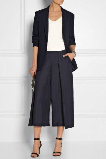 Pantacourt, conhece? É a versão mais curta da pantalona, acho um luxo! Ela vai e volta como tudo na moda, quando retornam chegam repaginadas, com algum tipo de tecido diferente e mais usado na época, mas o fato é que a pantacourt no meu ponto de vista é um clássico!