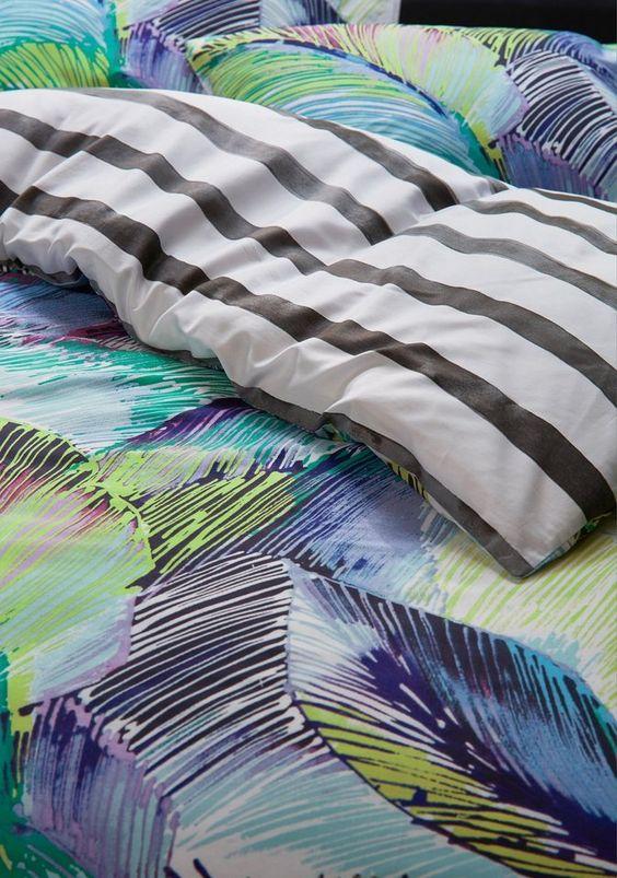 Die Wendebettwäsche »Palmia« aus dem Hause Esprit. Die Bettwäsche ist ein absolutes Highlight in Ihrem Schlafzimmer. Durch die neonfarbigen Palmenblätter versprüht die Bettgarnitur garantiert die schönsten Urlaubsträume. Die Wendeseite ist mit schlichten, schwarzen Streifen verschönert. Die Bettbezüge sind aus einer hochwertigen Satin Qualität