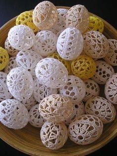Ovetti Pasquali con copertura all'uncinetto…. Ancora in tema Pasquale, volevo proporvi oggi queste deliziose creazioni all'uncinetto, che come vuole la tradizione prevedono come soggetto l'uovo. Un'uovo da vestire (o se volete da addobbare) con la tecnica dell'uncinetto, di cui andiamo fiere e con cui riusciamo a fare di tutto e di più….. Mi piace sottolineare ... Leggi ancora