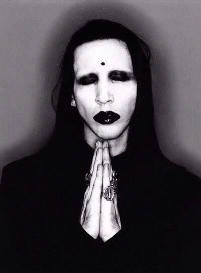 手を合わせているMarilyn Manson