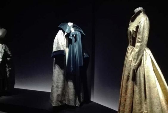Vestido de Jesús del Pozo que se exhibe en la Sala Canal de Isabel II en Madrid…