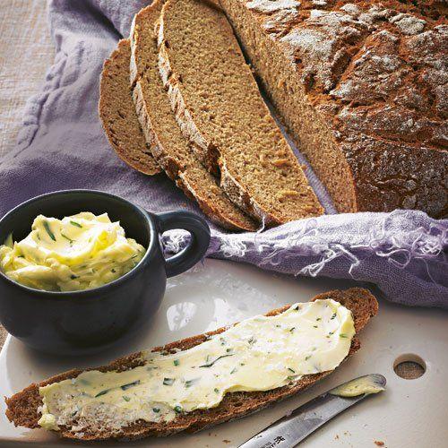 """Kartoffelbrot mit Estragon-Meersalz-Butter Sehr aromatische Sorten wie """"Hela"""" oder """"Linda"""" sind ideal für dieses wunderbare Brot, das einfach zu machen ist - aber ein bisschen Zeit braucht.<a href=""""/rezepte/rezepte/kartoffelbrot-mit-estragon-meersalz-butter"""" >Zum Rezept: Kartoffelbrot mit Estragon-Meersalz-Butter</a>"""