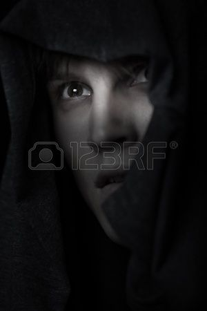 Katholischen Mönch in religiösen Haube in der Nacht Stockfoto