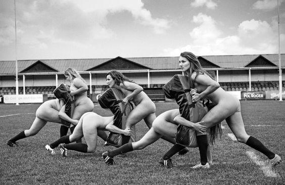 """Si sono spogliate delle loro uniformi per sostenere un'associazione che aiuta chi lotta contro i disturbi alimentari. L'obiettivo della squadra femminile di rugby dell'Università di Oxford è """"promuovere un'immagine positiva della donna e la bellezza del corpo atletico"""". Il calendario le ritrae durante un allenamento con indosso solo scarpe e calzini. Parte del ricavato verrà devoluto all'associazione Beat."""