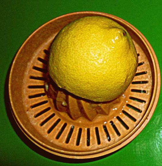 Si le fer a, malencontreusement -bien sûr- brûlé un tissu, pour savoir si l'incident est réparable, il suffit d'imbiber la marque de brûlure de jus de citron. Puis de laisser sécher une dizaine de minutes, puis de rincer à l'eau chaude et de laisser sécher sous une lumière quelconque -à défaut de soleil