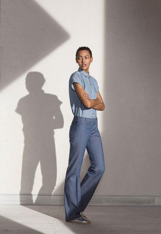 pantalon droit lin bleu moyen et chemisier manches courtes bleu ciel