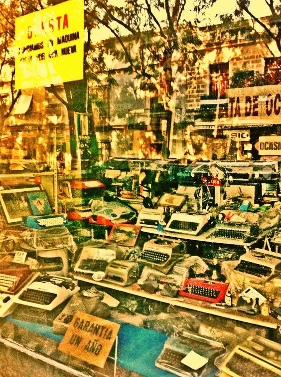 Librería de Jerez de la Frontera en Cádiz (Andalucía-España), una tienda difícil de encontrar hoy en día, libros de años y años. una tienda genial.
