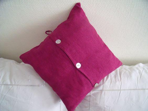 """Coussin """"Toiles et Musettes"""" réalisé à partir d'une chemise en lin rose."""