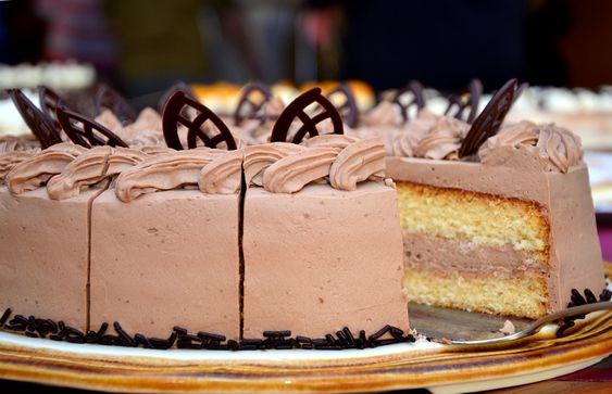 Kuchen oder Torte? Was esse ich eigentlich? Wann ist ein Kuchen eine Torte? Was macht den Unterschied aus? Hier erfahrt ihr mehr zum Thema Kuchen und Torte.