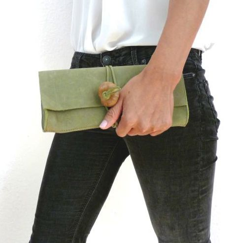 """Leder Clutch """"Natur"""" Der grüne Ton und die natürlichen Materialien dieser Tasche verleihen der Trägerin eine gewisse Frische."""