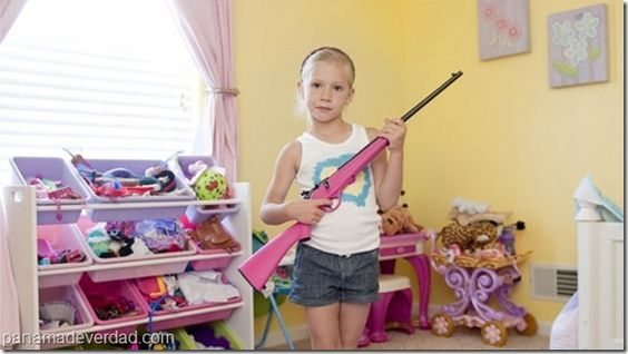 """Las temibles """"niñas fusil"""" que se exhiben armadas a los 5 años - http://panamadeverdad.com/2014/08/29/las-temibles-ninas-fusil-que-se-exhiben-armadas-los-5-anos/"""