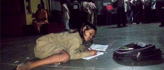 Noticias ao Minuto - Sem luz em casa, esta menina estuda no chão de uma estação de comboios