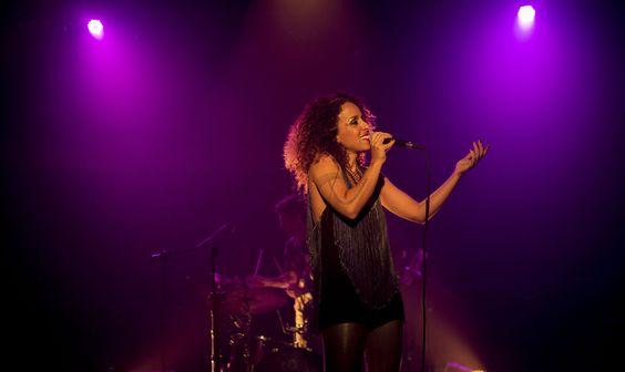 A cantora Iara Rennó sobe ao palco do Puxadinho da Praça na terça, 16 de dezembro, a partir das 21h. Os ingressos para a apresentação custam até R$ 20.
