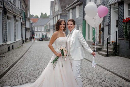 Brautmode Fur Lesbische Braute Findet Ihr In Grosser Auswahl In Der Hochzeitsstrasse In Wermelskirchen Ob Anzuge Fur Regenbogen Hochzeitsoutfit Brautmode Braut