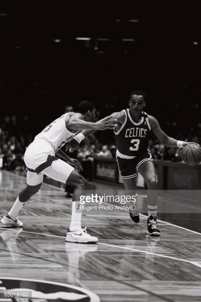 Fotografia de notícias : Dennis Johnson of the Boston Celtics brings the...