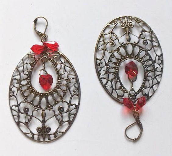Boucles d'oreilles pendantives, grande estampe ovale de 6cm métal cuivré, au centre en pendeloque un coeur en cristal Swarovski rouge : Boucles d'oreille par creationsannaprague