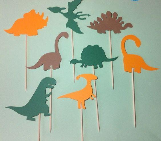 Dinossauro confeccionado com papel 180g e palito grande (de churrasco). <br> <br>Valor unitário. Escolha a cor e modelo na fot o nº 2. <br> <br>Dependendo da quantidade, o prazo de produção será alterado. <br> <br>Tamanho aproximado: 10 cm altura o dinossauro.