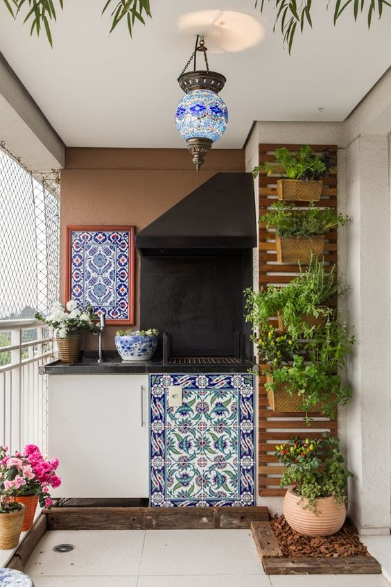 Varanda de apartamento tem jardim vertical e frutíferas: