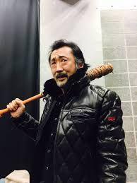 棒を持っている大塚明夫