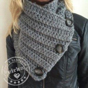 Mooie warme col, gehaakt van een hele dikke zachte wol. In grijs met grote grijze knopen. 80% polyester/20% wol.  Verkrijgbaar in de shop van virka.