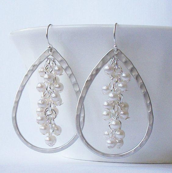 Silver Hammered Pearl Cluster Earrings van PeriniDesigns op Etsy