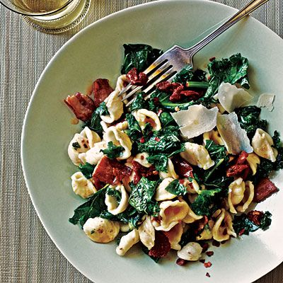 healthy dinner: pasta with kale, bacon and sun-dried tomatoes
