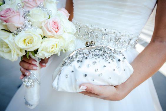 Brautstrauß mit weißen & rosa Rosen, verziert mit Perlen #hochzeitsblumen #weddingflowers #hochzeitsfoto