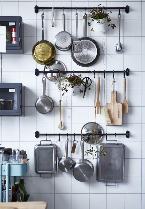 A cozinha é um dos ambientes mais movimentados da casa e, exatamente por isso, pode se tornar o mais bagunçado. Se você sente dificuldades em deixar este espaço sempre em ordem e com aspecto funcional, confira minhas dicas para aproveitar melhor o espaço da cozinha e mantê-la a sempre organizada!