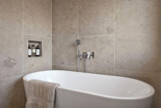 Lyft fram stenkänslan genom att välja stora plattor till väggen. Du kan lätt förstärka färgen genom att använda dig av textilier i samma ton.