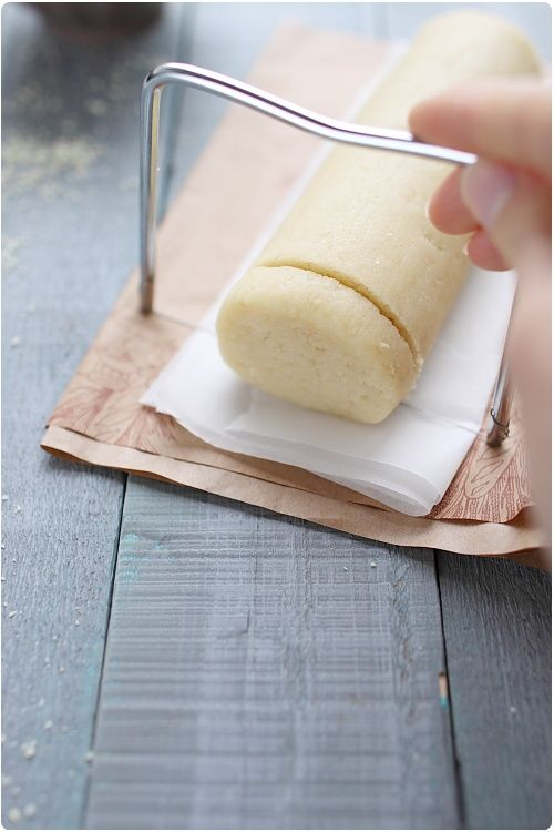 On m'a demandé récemment de proposer une recette de pâte d'amande maison. Vous allez voir, c'est très simple à faire et cela prend très peu de temps égalem