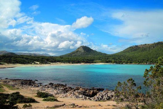 Cala Agulla gehört zu den schönsten Stränden der Insel und grenzt an den Ferienort Cala Ratjada. Cala Agulla liegt an der wunderschönen Ostküste  und ist von mehreren Hotels und Restaurants umgeben.