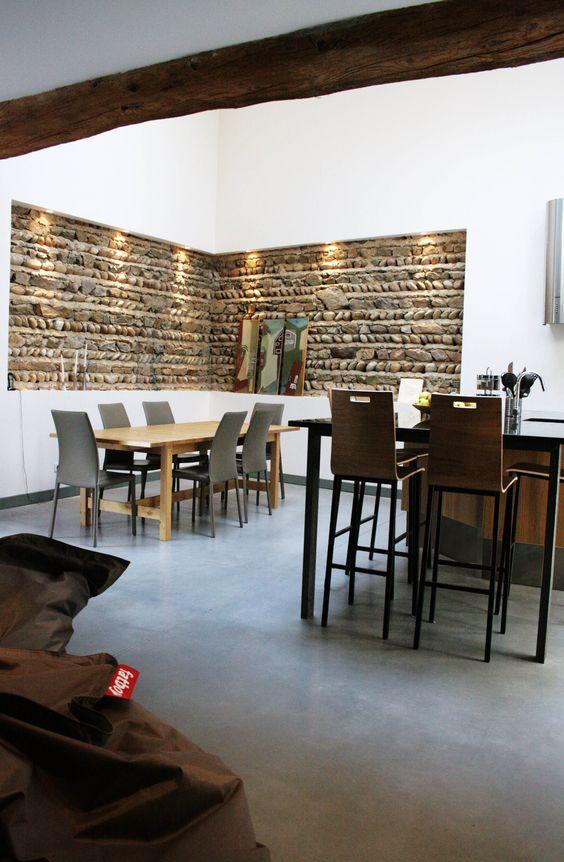 R novation d 39 une ferme en loft mise en valeur des pierres et des poutre - Renovation grange loft ...