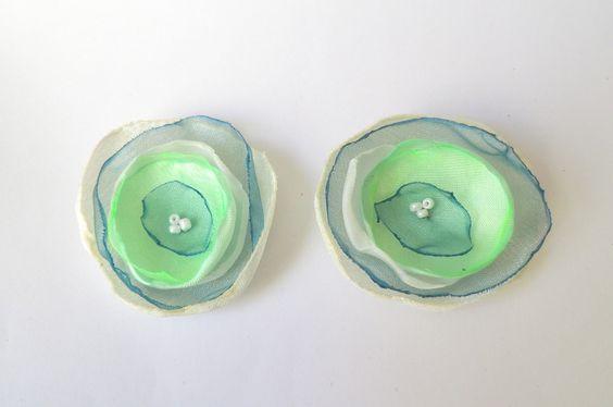 Schuhclip 2 Organza-Blüten in petrol-mint-weiß von soschoen auf DaWanda.com
