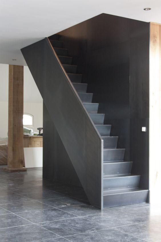 Blauwstaal trap langs stalen wand: