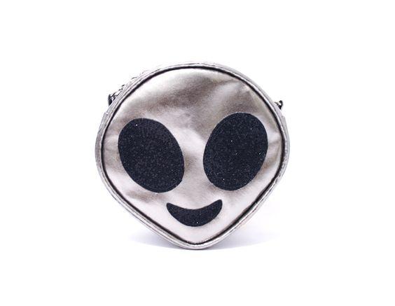 Bolsa em PVC metálico prata com detalhes em glitter preto Fecho de zíper Alça de couro sintético preto e corrente prata.  Medidas 8 cm de diâmetro e 7 cm de largura. Alça: 1,12 mt.