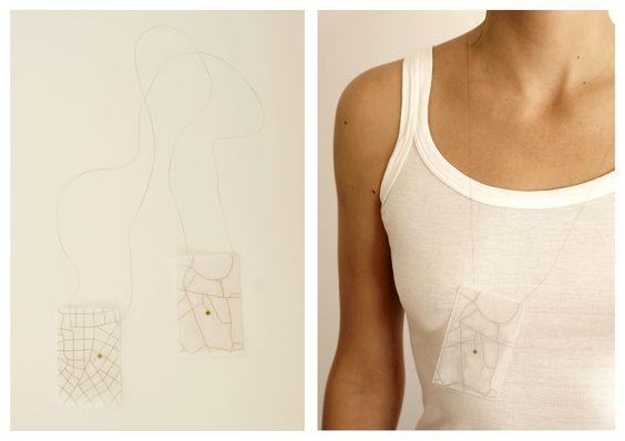 """Ana Carolina Escobar (AFEDAP 2012) """"chez moi chez moi"""" doble 3- cheveux , laiton, film thermopastique, papier:"""